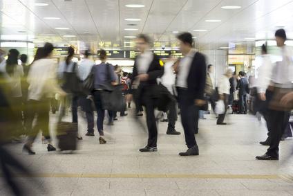 大混雑する大都会の駅を行き交うさまざまな人々 イメージ(スローシャッター)